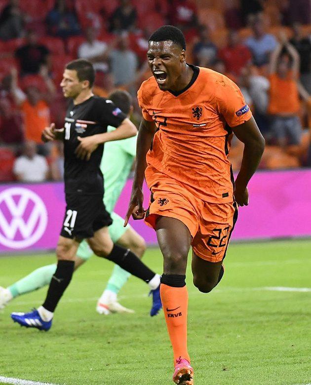 Nizozemec Denzel Dumfries se raduje z druhého gólu proti Rakousku.