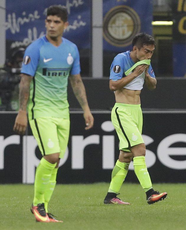 Zklamaní Juto Nagatomo (vpravo) a jeho spoluhráč z Interu Milán Éver Banega.
