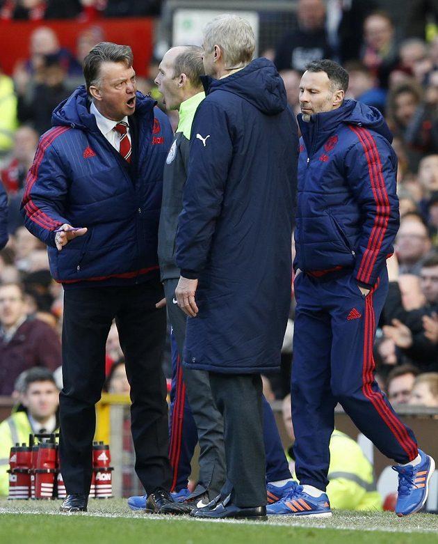 Kouč Manchesteru United Louis van Gaal (vlevo) se hádal se čtvrtým rozhodčím Mikem Deanem, přihlížel asistent Ryan Giggs (vpravo) a trenér Arsenalu Arséne Wenger.
