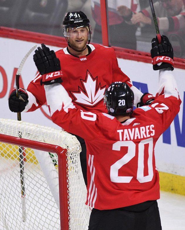 Útočníci Kanady John Tavares a Steven Stamkos oslavují branku v zápase s USA.