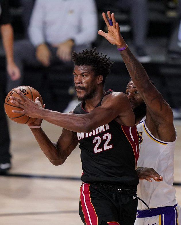 Jeden z nejlepších výkonů v historii finálových bojů NBA v podání Jimmyho Butlera zajistil basketbalistům Miami vítězství 115:104 nad Los Angeles Lakers.
