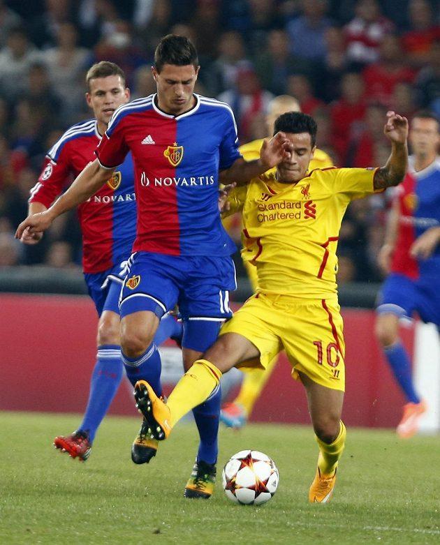 Stoper Basileje Fabian Schär (vpředu vlevo) bojuje o míč s Coutinhem z Liverpoolu.