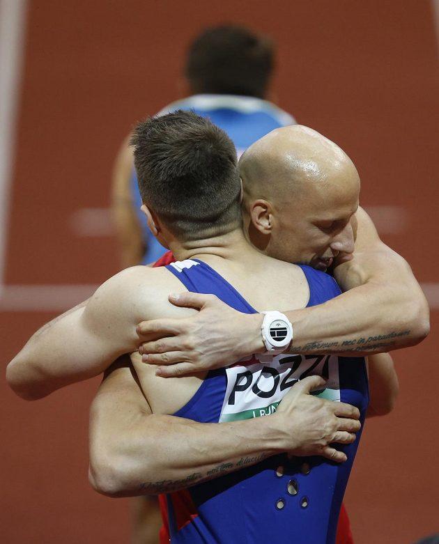 Bronzový překážkář Petr Svoboda v objetí s vítězem závodu Andym Pozzim (vlevo).