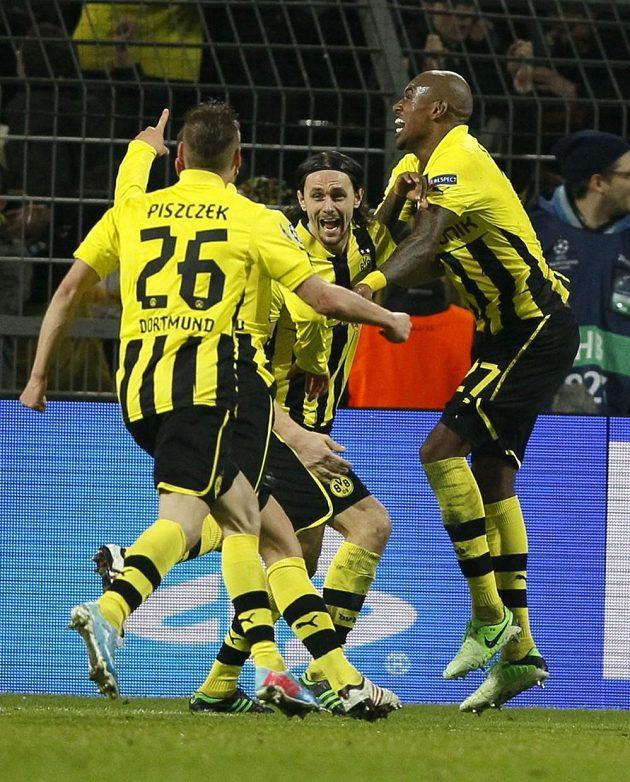 Fotbalisté Borussie Dortmund oslavují postupový gól proti Málaze.