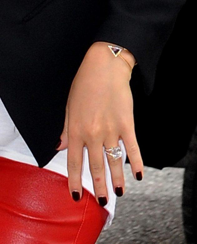 Herečka Hayden Panettiereová se chlubí diamantovým zásnubním prstenem.