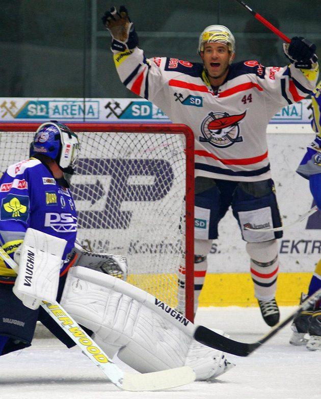 Zlínský brankář Luboš Horčička se ohlíží do brány po vstřeleném gólu, vzadu se raduje chomutovský útočník David Hruška.