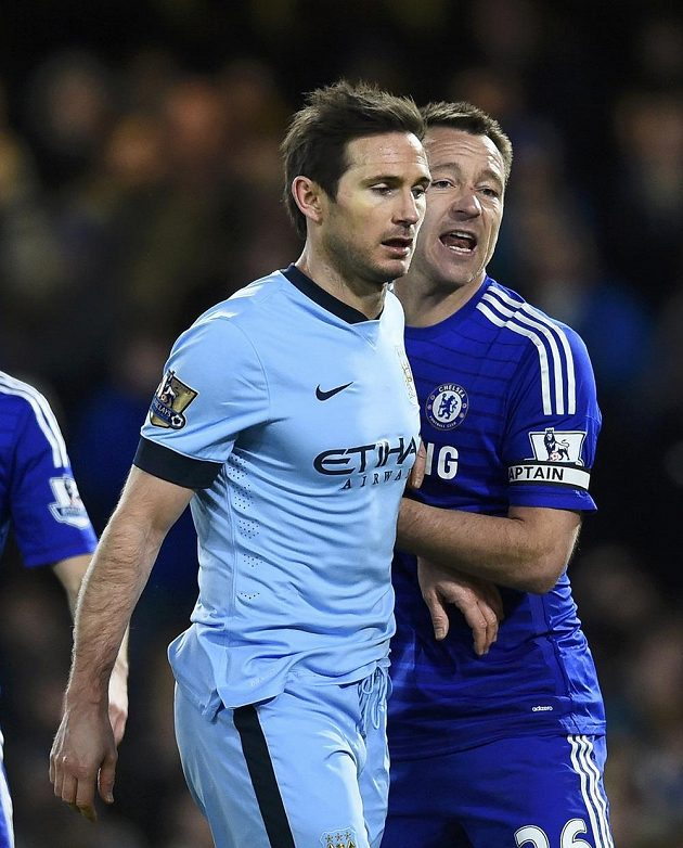 Někdejší spoluhráči Frank Lampard a John Terry tentokrát stáli na dvou různých stranách - domácí bek klasicky oblékl dres Chelsea, Lampard hraje za Manchester City.