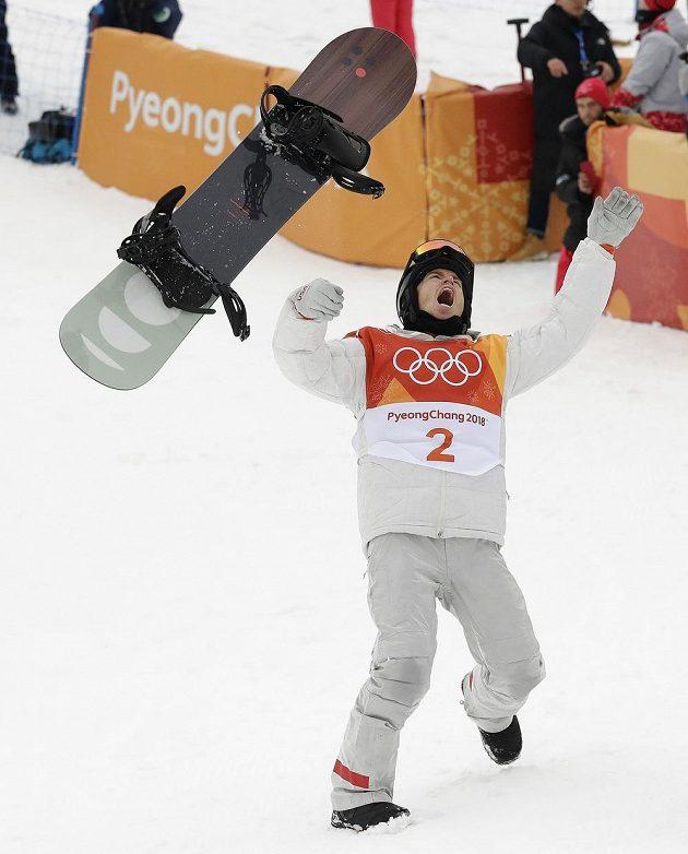 Prkno v emocích letělo vzduchem. Poslední finálovou jízdou rozhodl americký snowboardista Shaun White o svém triumfu v U-rampě a slaví třetí olympijské zlato.