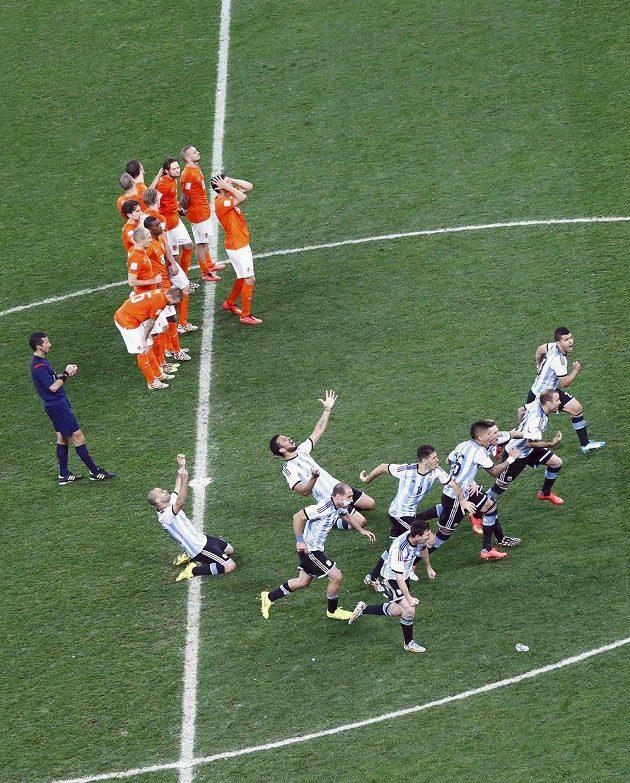 Smutek a radost. Nizozemci a Argentinci těsně po penaltovém rozstřelu v semifinále.