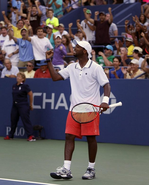 Americký tenista Donald Young při zápase 3. kola US Open proti Srbovi Viktoru Troickém.