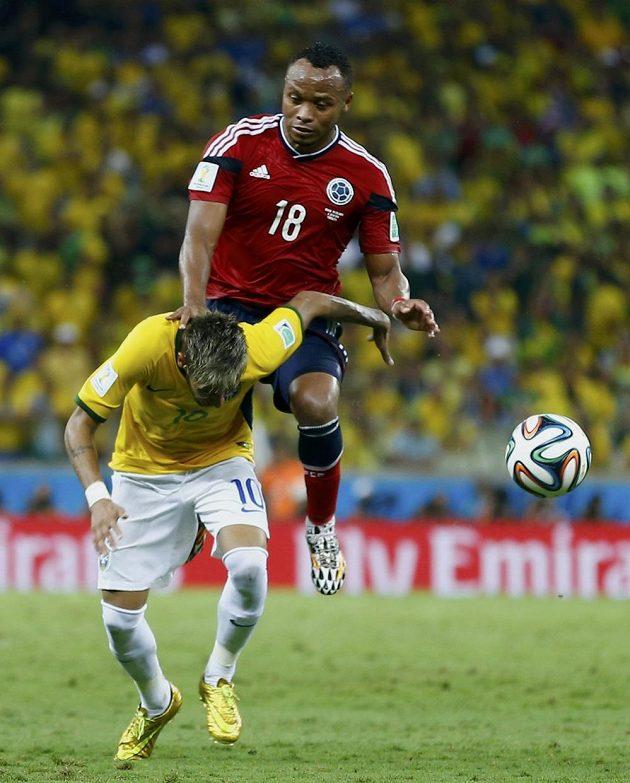 Kolumbijec Camilo Zuňiga (v červeném) tahle ostře zezadu vletěl na Brazilce Neymara a zranil ho.