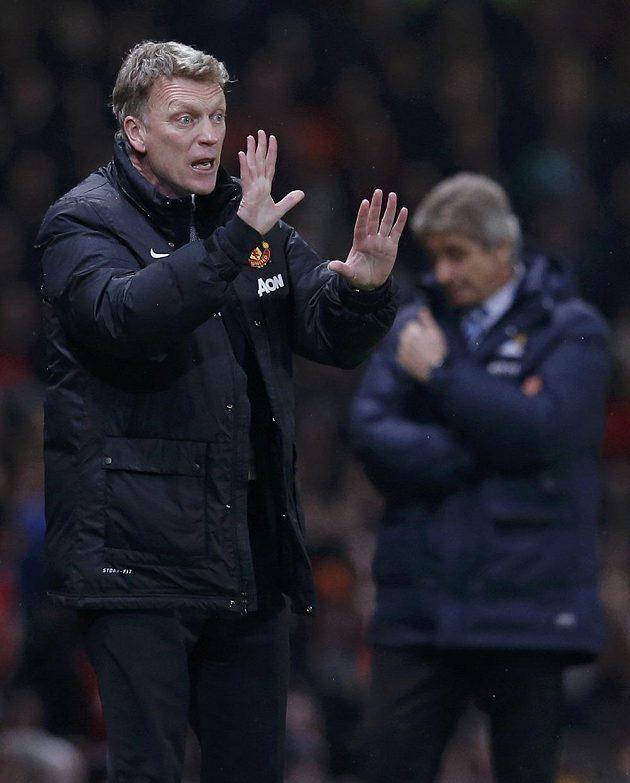 Kouč Manchesteru United David Moyes uděluje pokyny svým svěřencům v derby s Citizens.