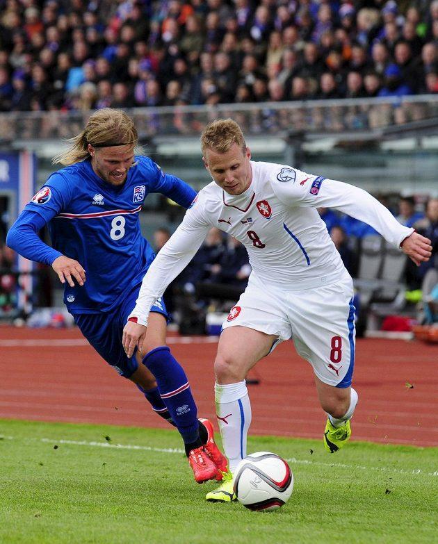 David Limberský (vpravo) bojuje o míč s Birkirem Bjarnasonem.