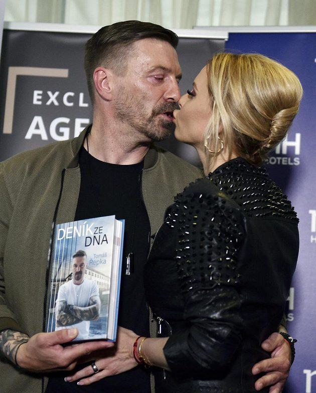 Bývalý fotbalista Tomáš Řepka pokřtil svou knihu Deník ze dna. Vpravo je jeho partnerka, modelka a moderátorka Kateřina Kristelová.