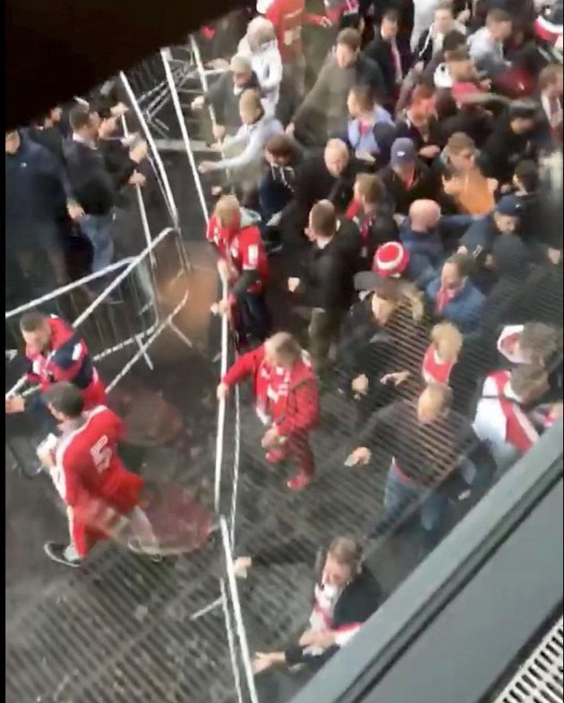 Němečtí fanoušci demolují ochranné bariéry před Emirates Stadium v Londýně.