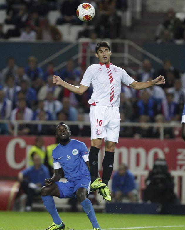 Diego Perotti (vpravo) ze Sevilly hlavičkuje míč, přihlíží liberecký záložník Dzon Delarge.