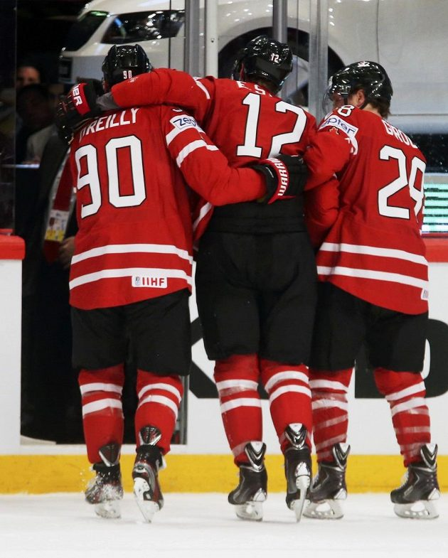 Kanadští útočníci Ryan O´Reilly (vlevo) a Claude Giroux (vpravo) pomáhají z ledové plochy zraněnému spoluhráči Eriku Staalovi.