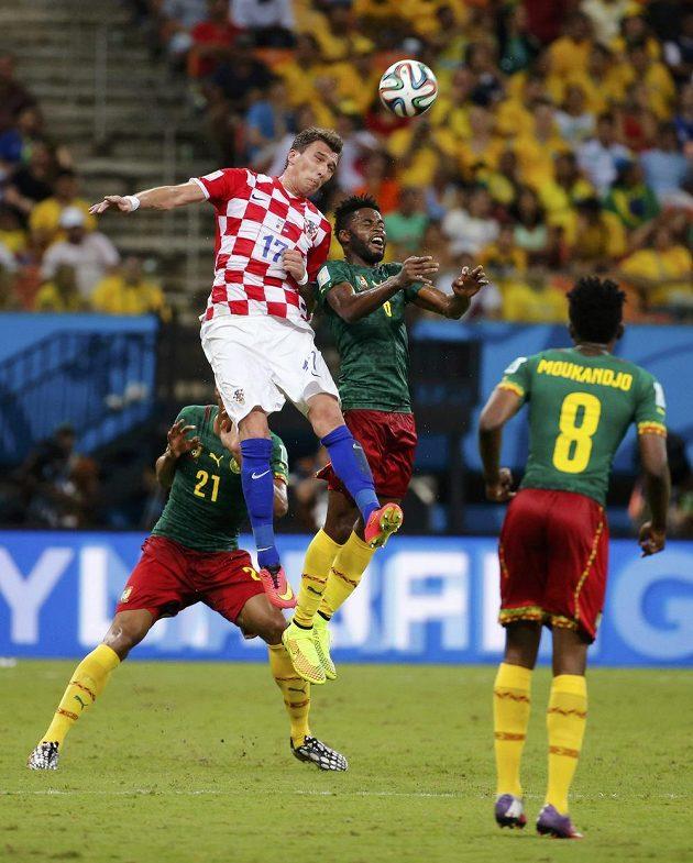 Chorvatský útočník Mario Mandžukič (17) v souboji s Kameruncem Alexandrem Songem.