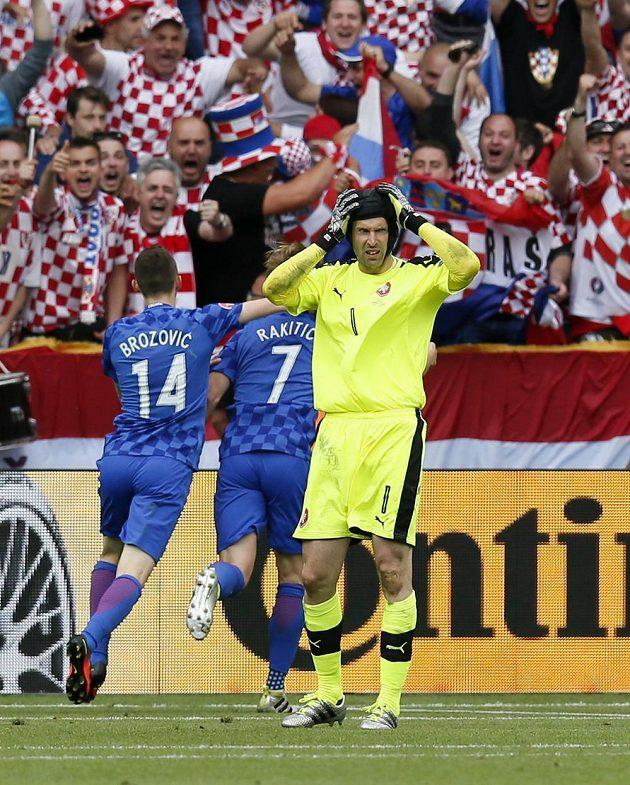 Chorvaté se radují z druhého gólu Ivana Rakitiče (7) do sítě Petra Čecha.
