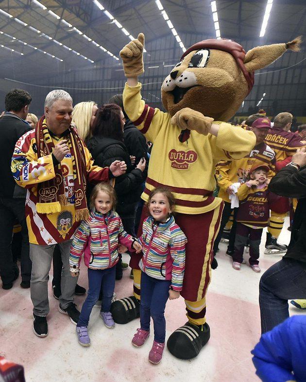 Jihlavští hokejisté slaví na ledě s fanoušky po 12 letech návrat do nejvyšší soutěže.