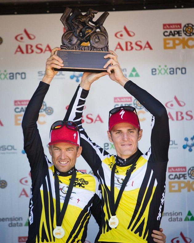 Jaroslav Kulhavý a Christoph Sauser (vlevo) s trofejí a medailemi za vítězství v Cape Epic 2015.
