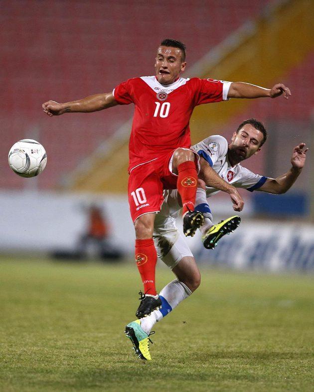 Andrew Cohen z Malty (vlevo) bojuje o míč s Josefem Hušbauerem.