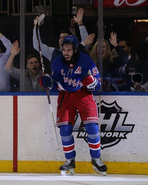 Útočník New York Rangers Mika Zibanejad se raduje poté, co vydařený zápas proti Washingtonu rozhodl gólem v prodloužení. Pátým v tomto utkání.