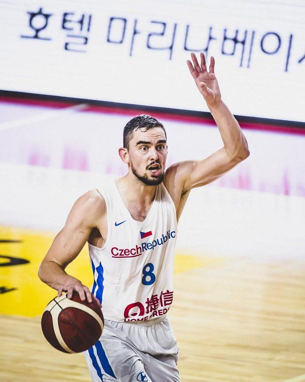 Český basketbalista Tomáš Satoranský v akci v přípravném utkání s Angolou před mistrovstvím světa.