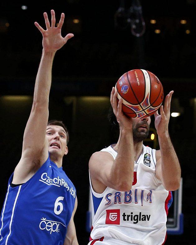 Český basketbalista Pavel Pumprla (vlevo) brání Miloše Teodosiče ze Srbska během čtvrtfinálového zápasu ME.