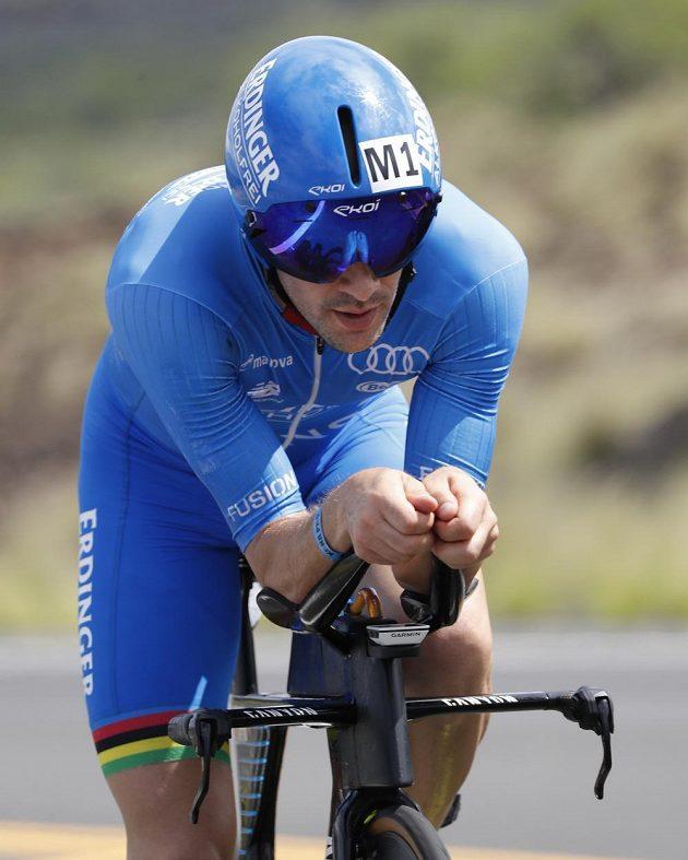 Německý triatlonista Patrick Lange na cyklistickém úseku na havajském Ironmanu.