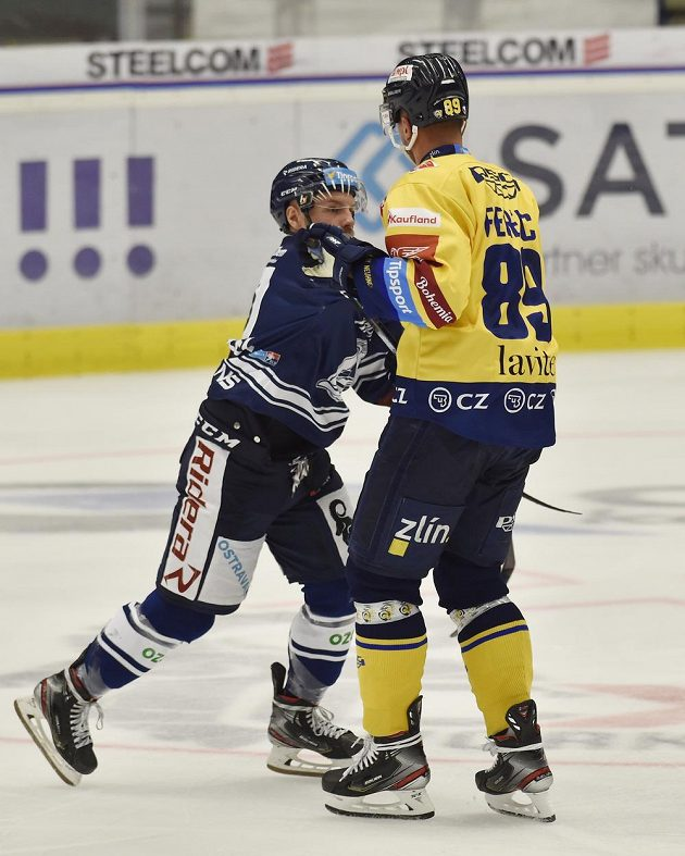 Zleva Jan Štencel z Vítkovic a Jakub Ferenc ze Zlína během utkání hokejového Poháru Generali České pojišťovny.