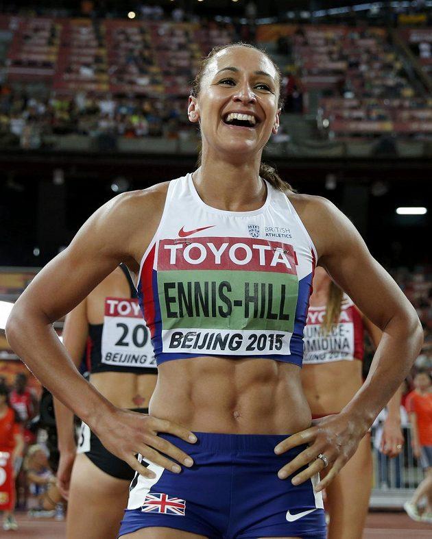 Britka Jessica Ennisová-Hillová má k úsměvu důvod. Zlato z MS v sedmiboji.