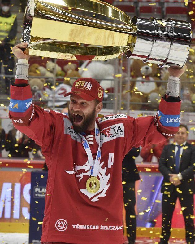 Martin Růžička z Třince s Masarykovým pohárem pro vítěze extraligy.