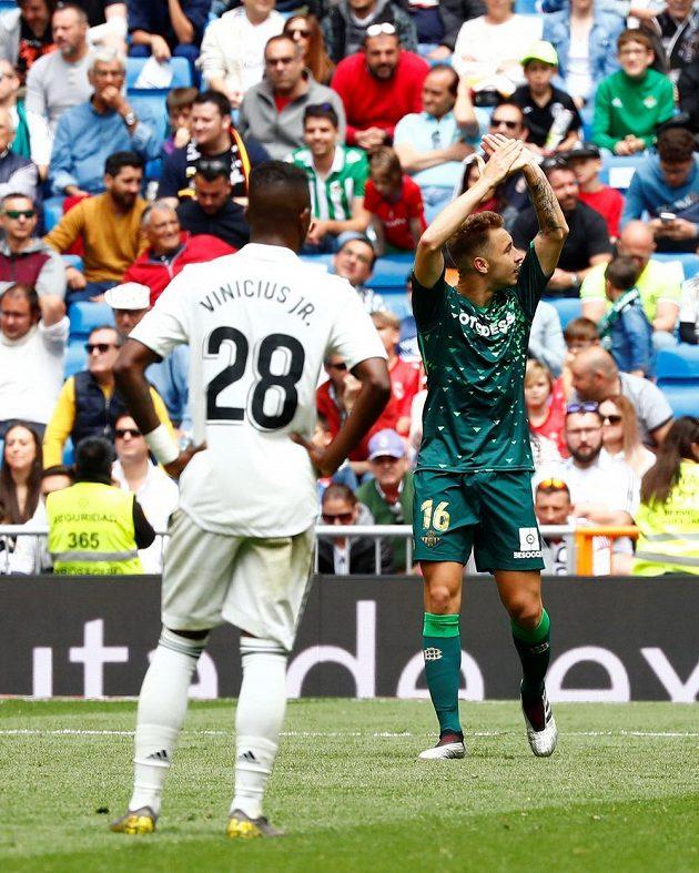 Hostující Loren Moron slaví první gól do sítě Realu