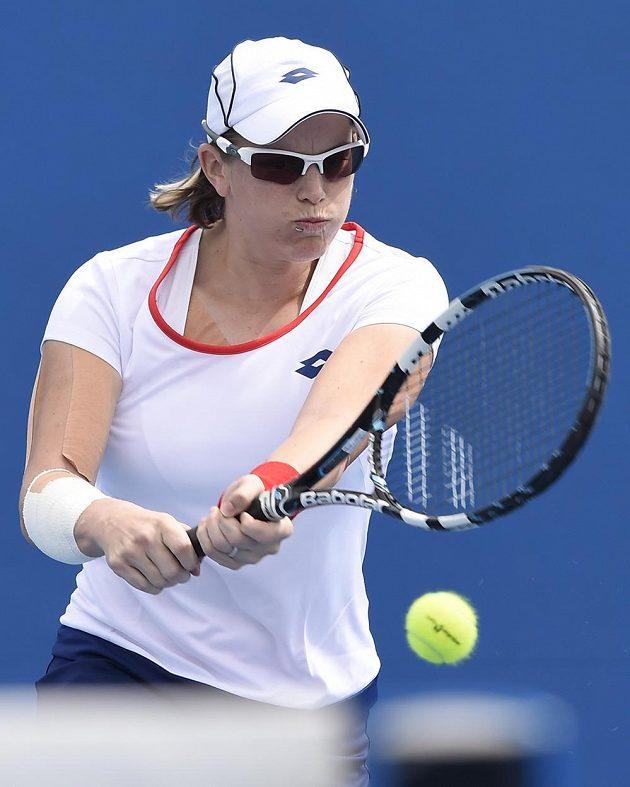 Švýcarská tenistka Romina Oprandiová vrací míček české tenistce Denise Allertové.