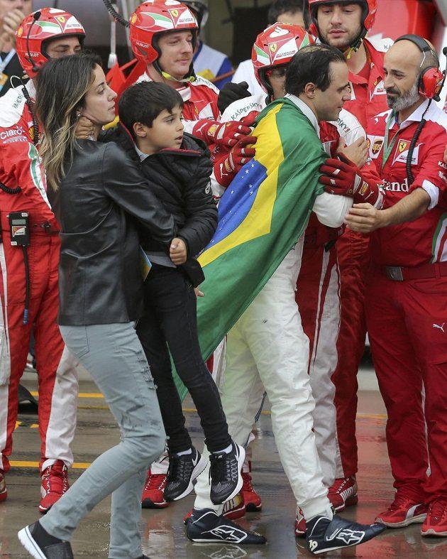 Felipe Massa míří do boxu Williamsu následován manželkou se synem. Hold mu vzdávají i mechanici konkurenčních stájí...
