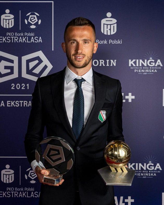 Útočník Legie Varšava s trofejemi pro nejlepšího střelce a nejlepšího cizince polské ligy 2020/2021.