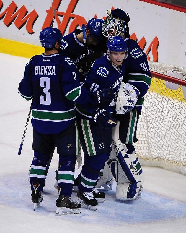 Hokejisté Vabncouveru slaví vítězství nad Winnipegem. S číslem 17 se raduje i útočník Radim Vrbata.