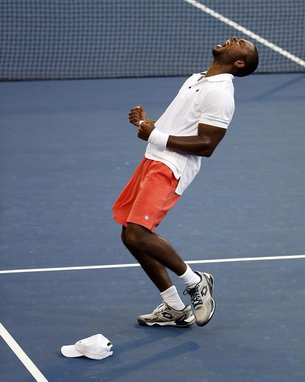 Americký tenista Donald Young se raduje po výhře nad Srbem Viktorem Troickim ve 3. kole US Open.