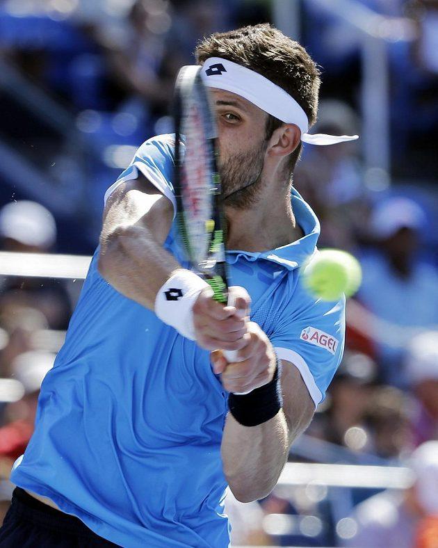 Český tenista Jiří Veselý v zápase 3. kola US Open proti Američanovi Johnu Isnerovi ještě před tím než vzdal pro zranění ramena.