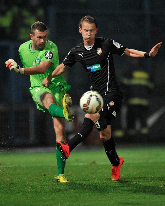 Liberecký brankář Ondřej Kolář (vlevo) a útočník Plzně Jan Chramosta v utkání 7. kola Synot ligy.