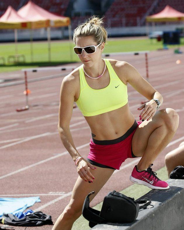 Překážkářka Denisa Rosolová se protahuje v průběhu tréninku.