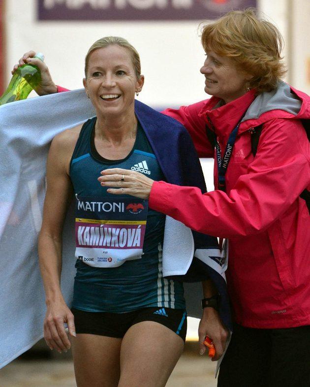 Česká závodnice Petra Kamínková v cíli půlmaratónu v Olomouci.