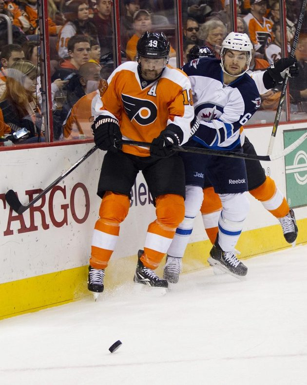 Michael Frolík (vpravo) v souboji se Scottem Hartnellem z Philadelphie.