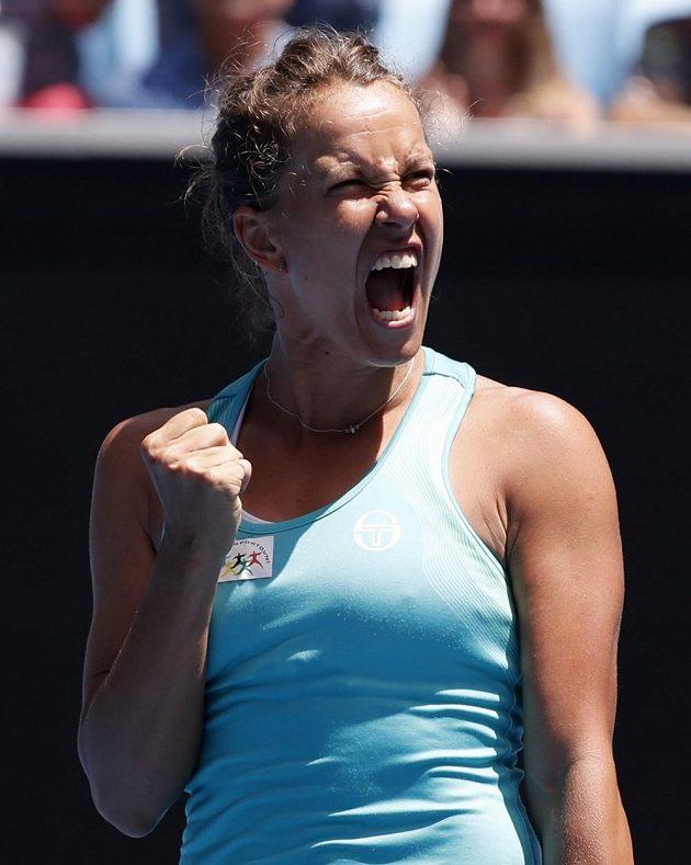 Barbora Strýcová se raduje z postupu do osmifinále Australian Open.