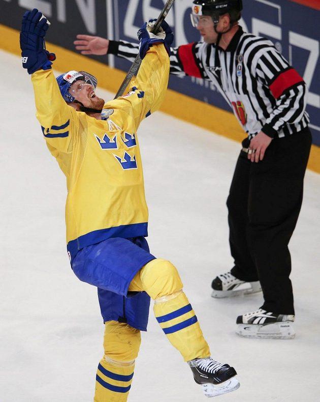 Švédský útočník Henrik Sedin se raduje ze své branky na 2:1.