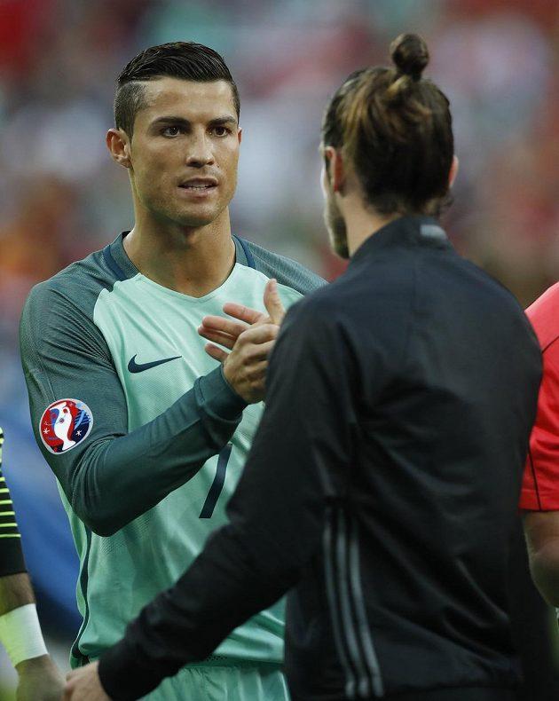 Portugalec Cristiano Ronaldo (vlevo) se zdraví se spoluhráčem z Realu Madrid Garethem Balem, který reprezentuje Wales.