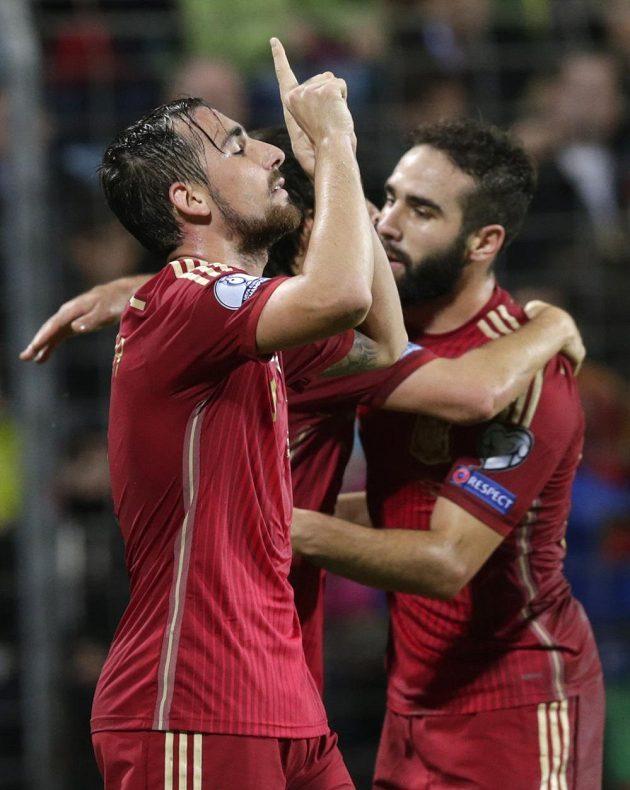 Španělský útočník Paco Alcácer se raduje z gólu na lucemburské půdě.