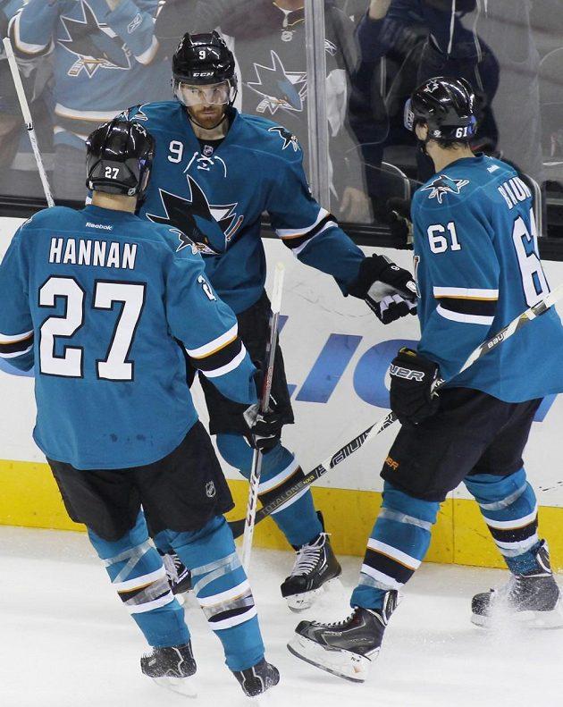 Martin Havlát (uprostřed) pomohl Sharks k výhře.