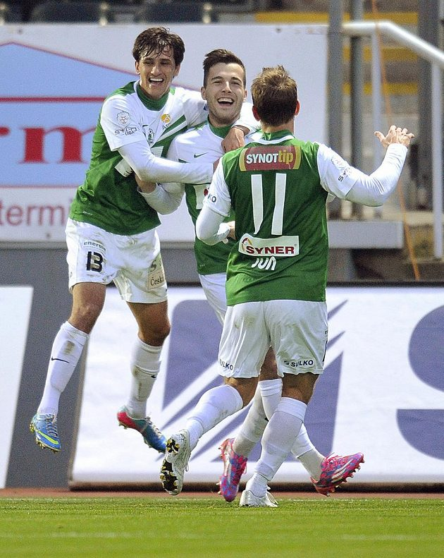 Autor prvního gólu Martin Pospíšil (uprostřed) z Jablonce se raduje se spoluhráči Ruslanem Mingazovem (vlevo) a Tomášem Junem.